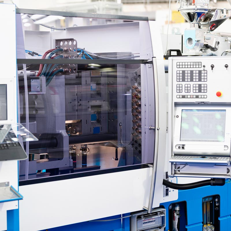Injection moulding machine with multi cavity injection mould tool